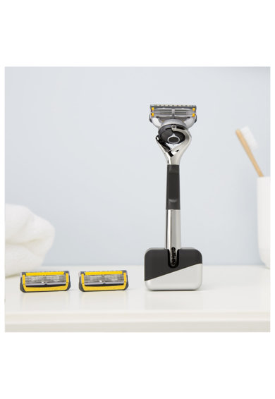 Gillette Set cadou  Fusion5: Aparat de ras cu 2 rezerve + suport Barbati