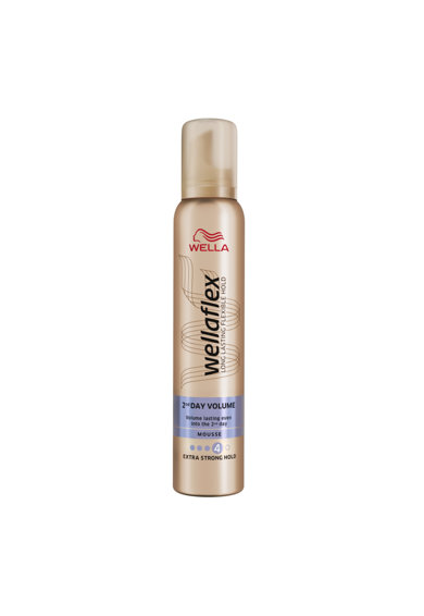 Wella Spuma de par  Wellaflex 2Day Volume pentru fixare puternica, 200 ml Femei