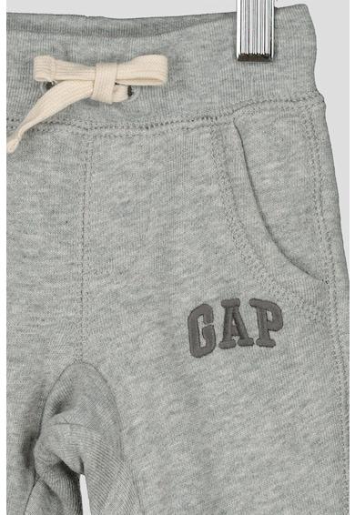 GAP Pantaloni cu logo brodat Baieti