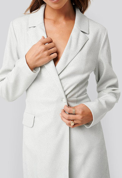 NA-KD Csillámos alkalmi ruha hajtókás gallérral női