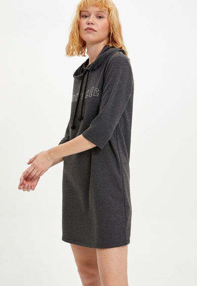 DeFacto Kapucnis miniruha feliratos mintával női