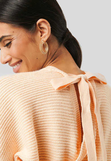 NA-KD V-nyakú pulóver masnival a hátoldalán női