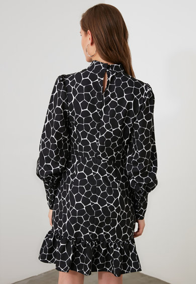 Trendyol Къса разкроена рокля с абстрактна шарка Жени