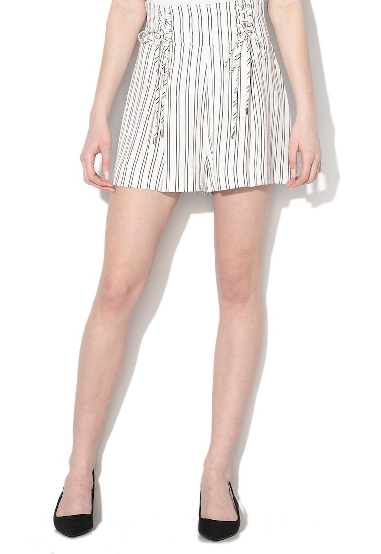 Pantaloni scurti in dungi cu detalii snur