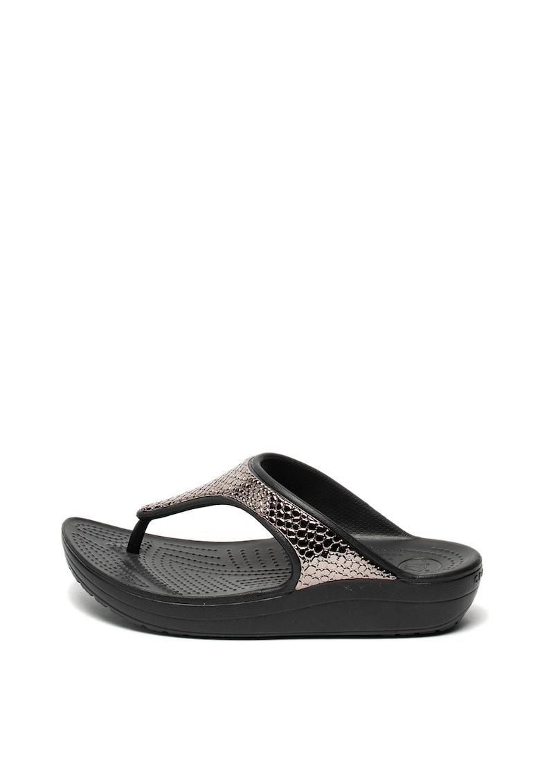 Papuci flip-flop wedge cu detalii cu aspect texturat de la Crocs