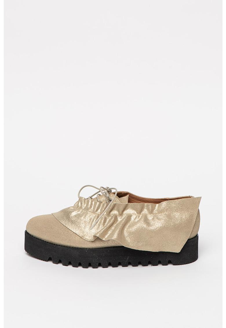 Pantofi de piele intoarsa cu aspect stralucitor si garnitura cu volan