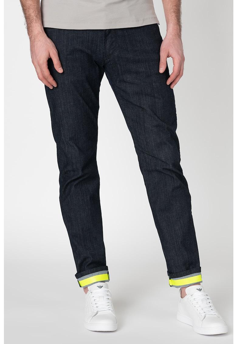 Pantaloni cu terminatii contrastante