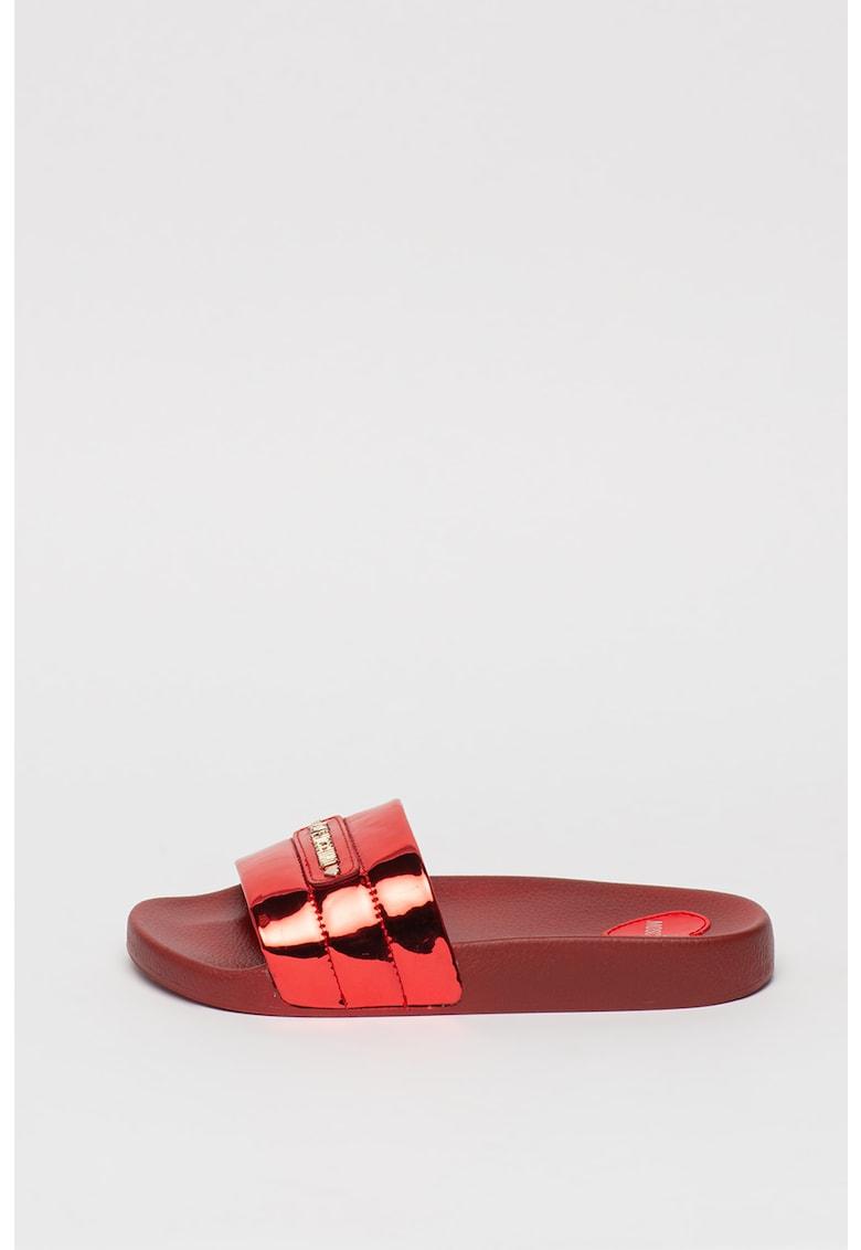 Papuci cu aspect metalizat si logo