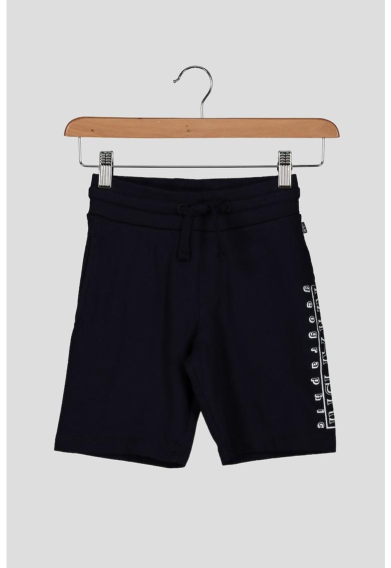 Pantaloni sport tip bermude cu imprimeu logo imagine fashiondays.ro 2021