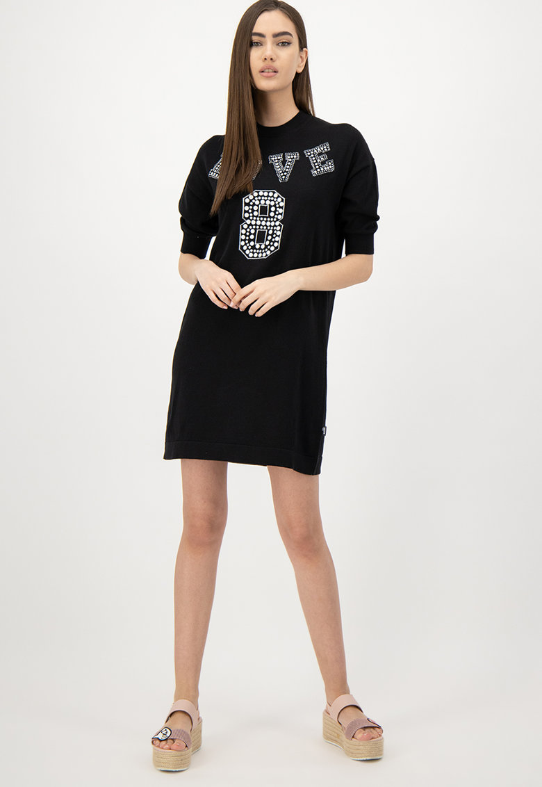 Rochie tip pulover cu aplicatie pe piept