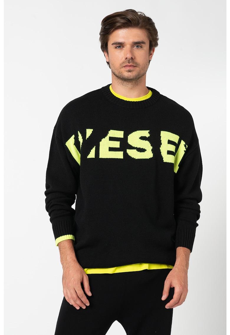 Pulover din tricot fin cu model logo