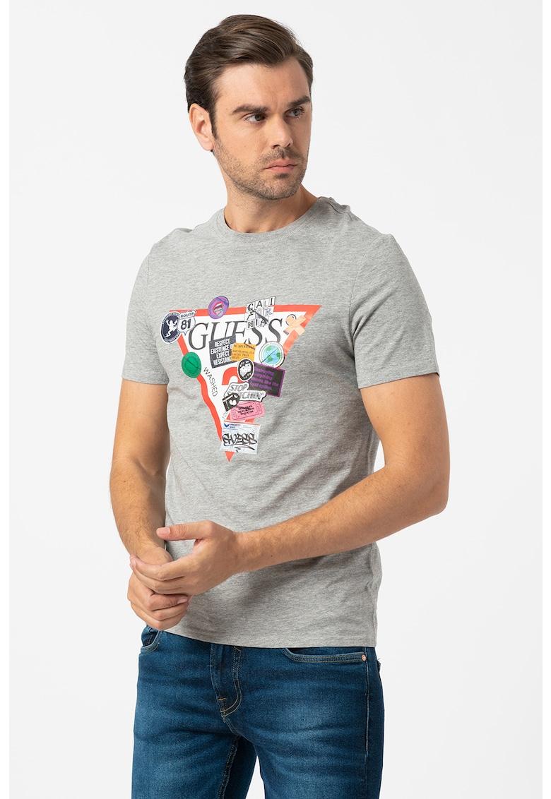 Tricou cu decolteu la baza gatului si imprimeu logo si text