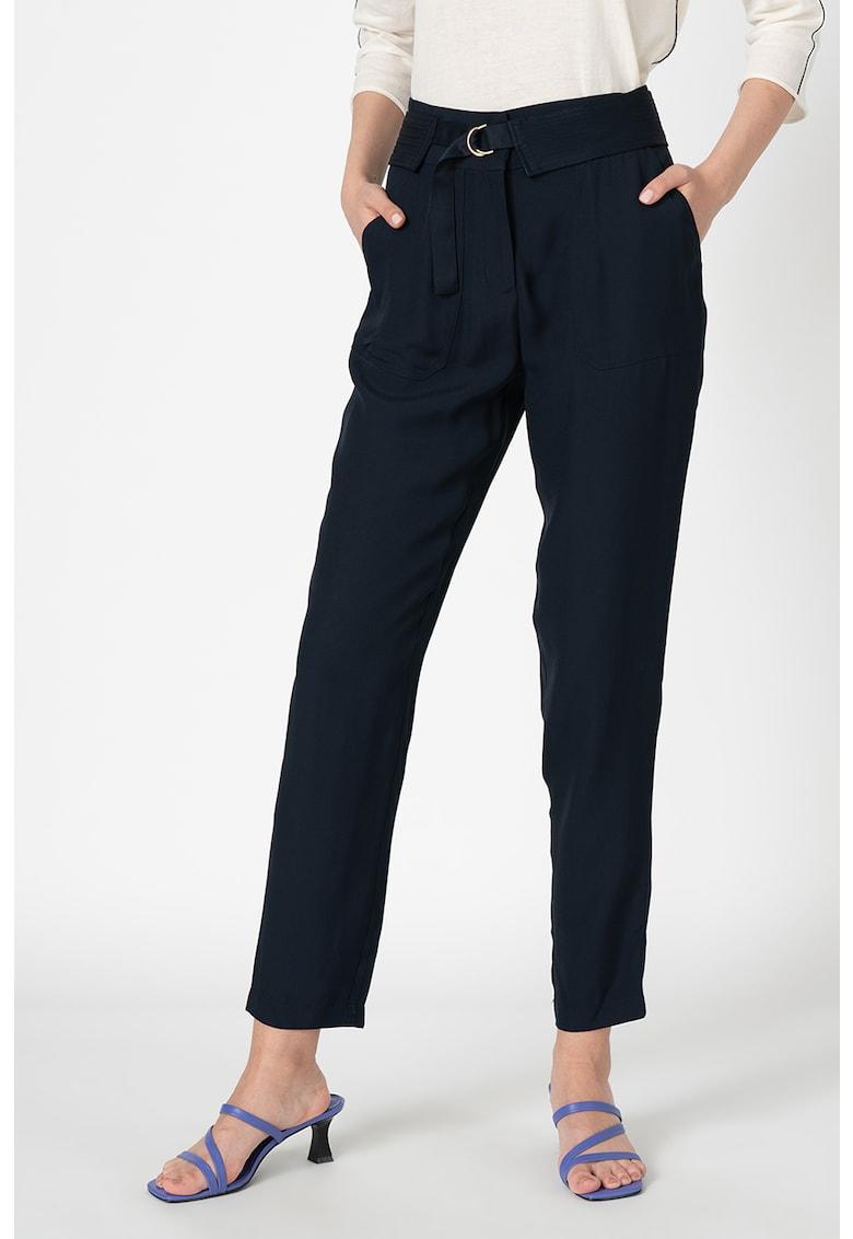 Pantaloni cu o curea cu inel in forma de D