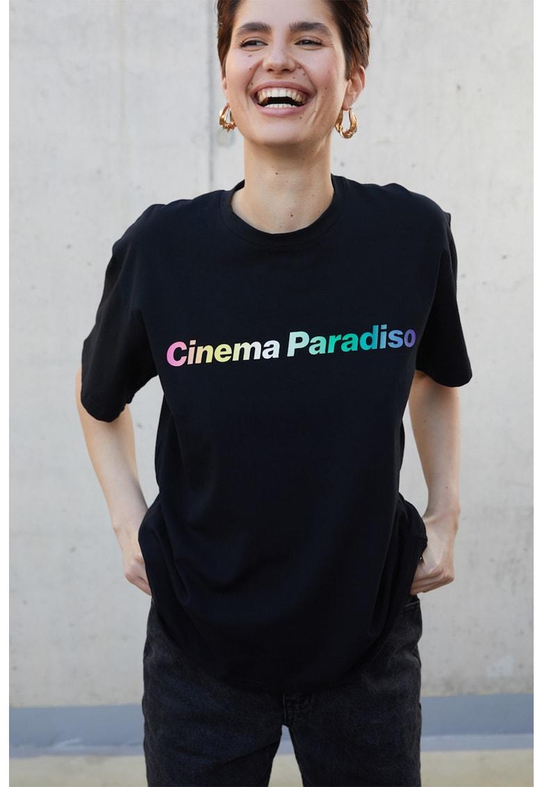 Tricou cu decolteu la baza gatului si imprimeu text imagine