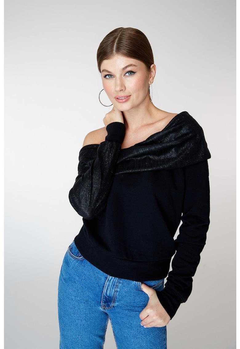 Bluza cu decolteu pe umeri si aspect stralucitor de la Alina Cernatescu