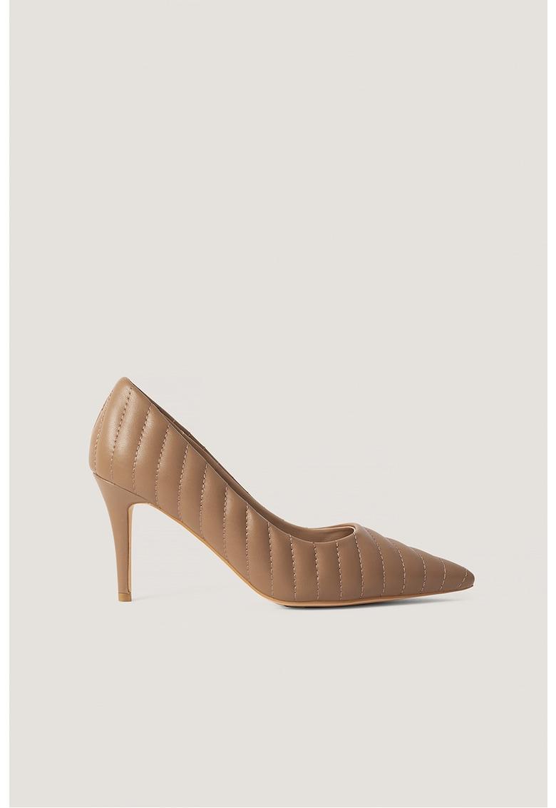 Pantofi stiletto cu varf ascutit si aspect matlasat