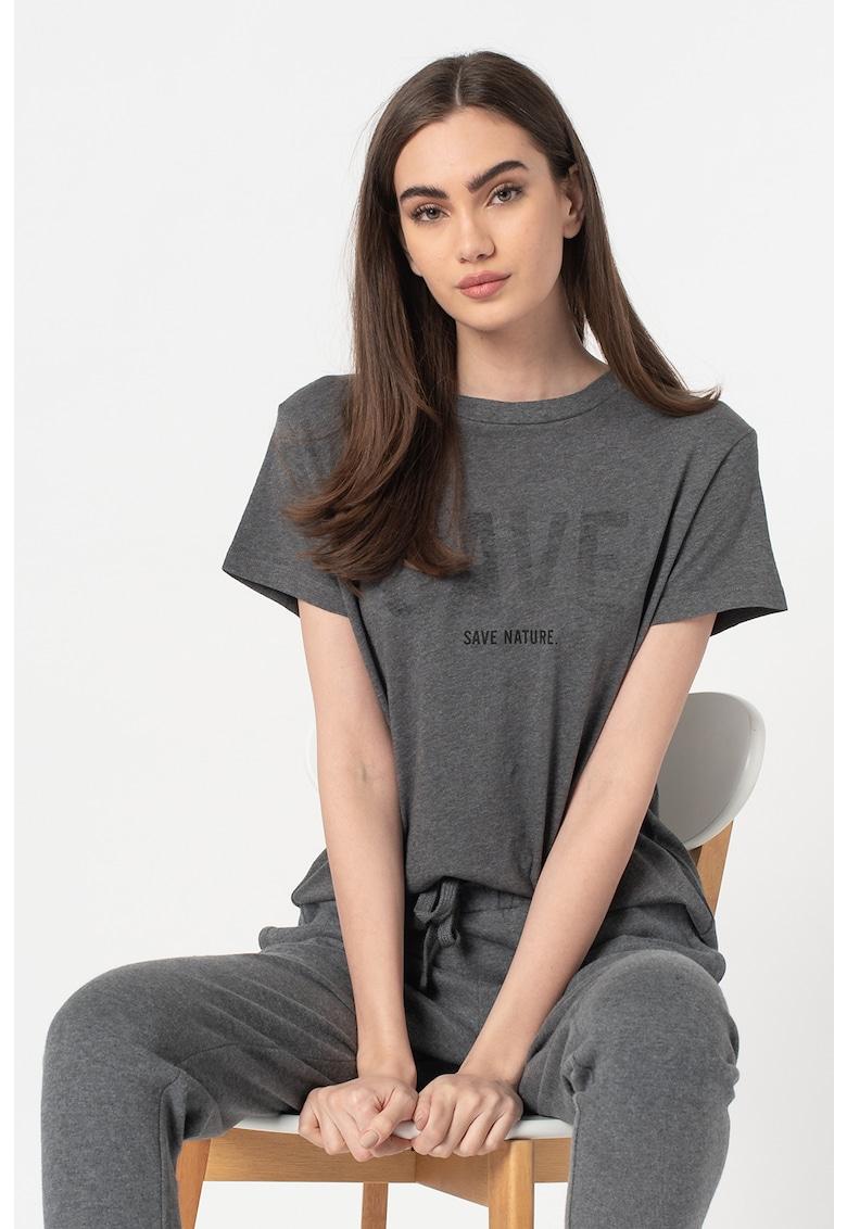 Tricou cu decolteu la baza gatului si imprimeu text