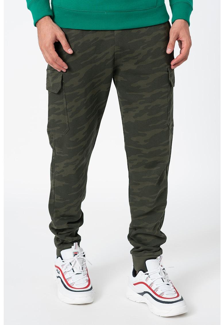 Pantaloni sport cargo cu imprimeu camuflaj