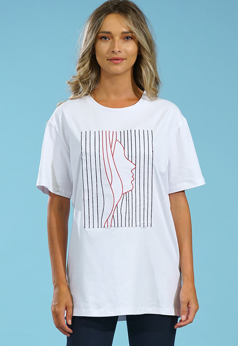 Tricou cu decolteu la baza gatului si model cusut