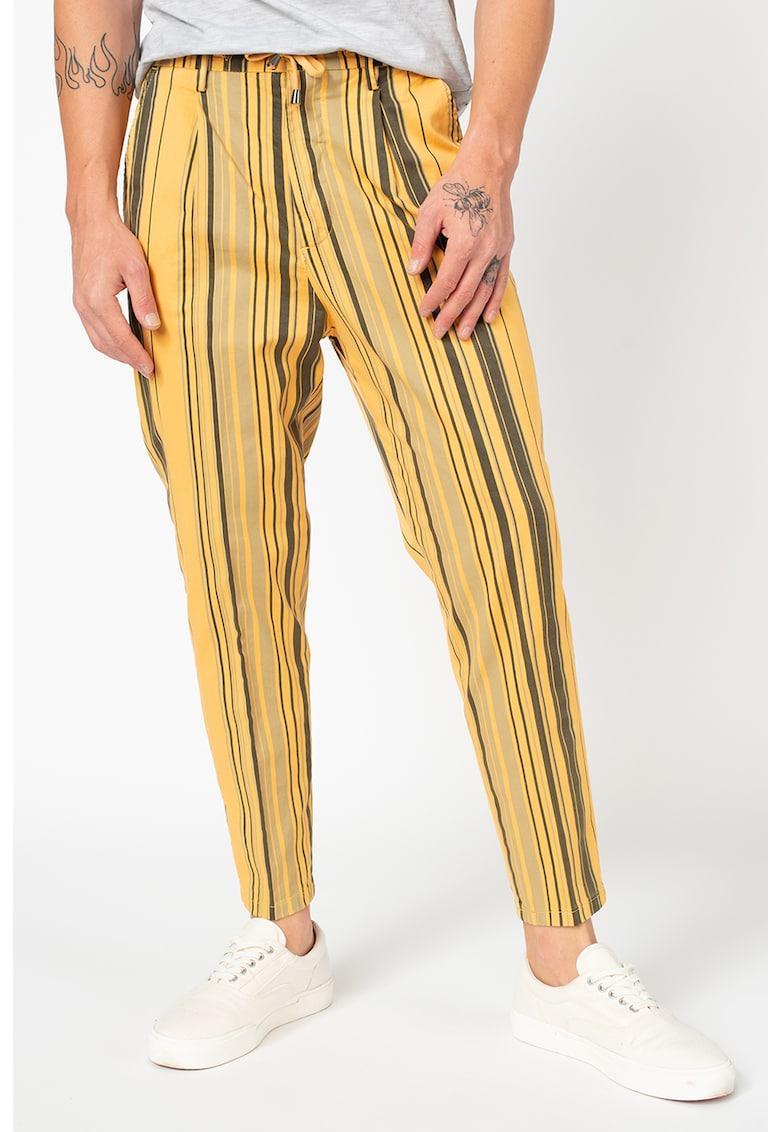Pantaloni conici cu dungi si snur in talie