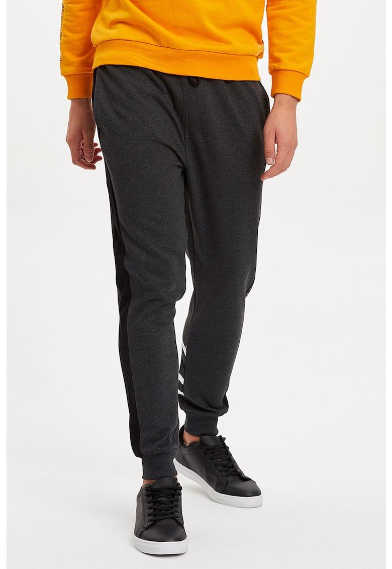Pantaloni sport cu detalii contrastante