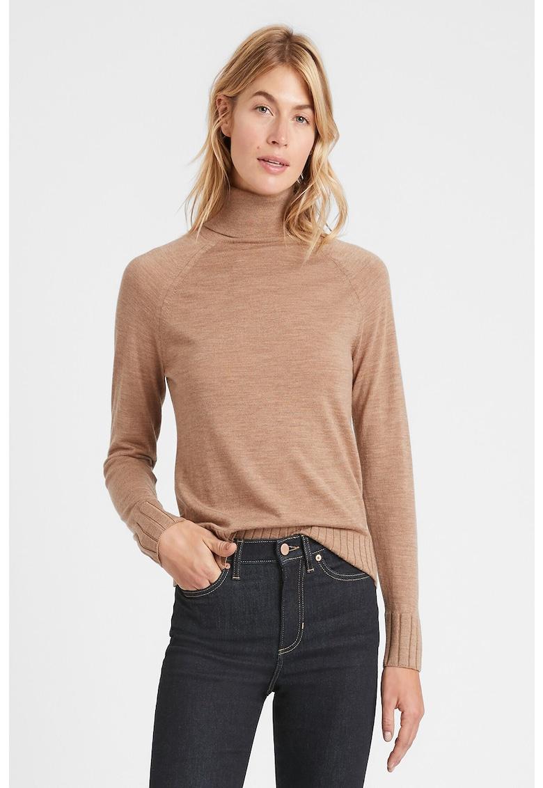 Pulover tricotat fin din lana cu guler inalt