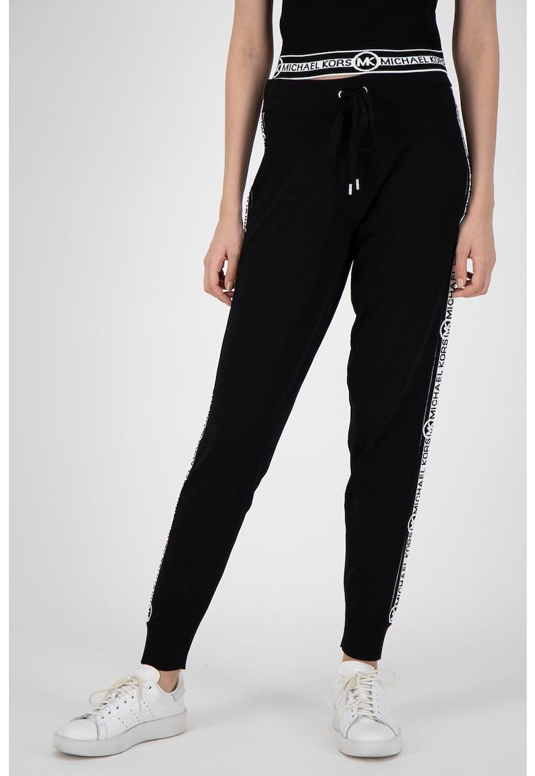 Pantaloni sport cu snur de ajustare si logo pe partile laterale imagine promotie