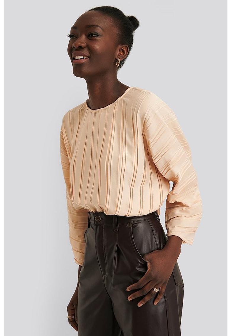 Bluza plisata cu decupaj pe partea din spate de la NA-KD