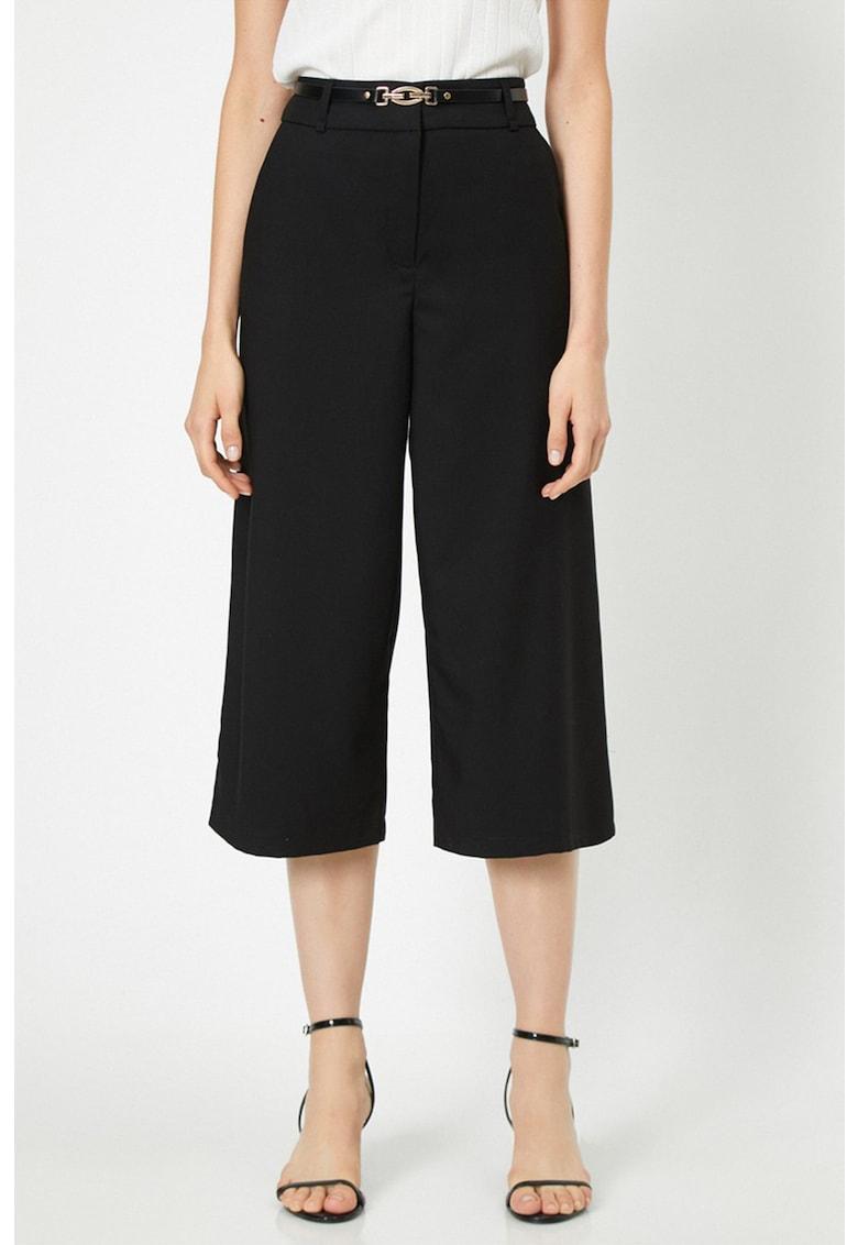 Pantaloni cu croiala ampla si curea