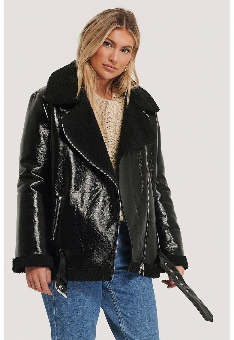 Jacheta din piele ecologica cu garnituri din blana sintetica si revere decupate