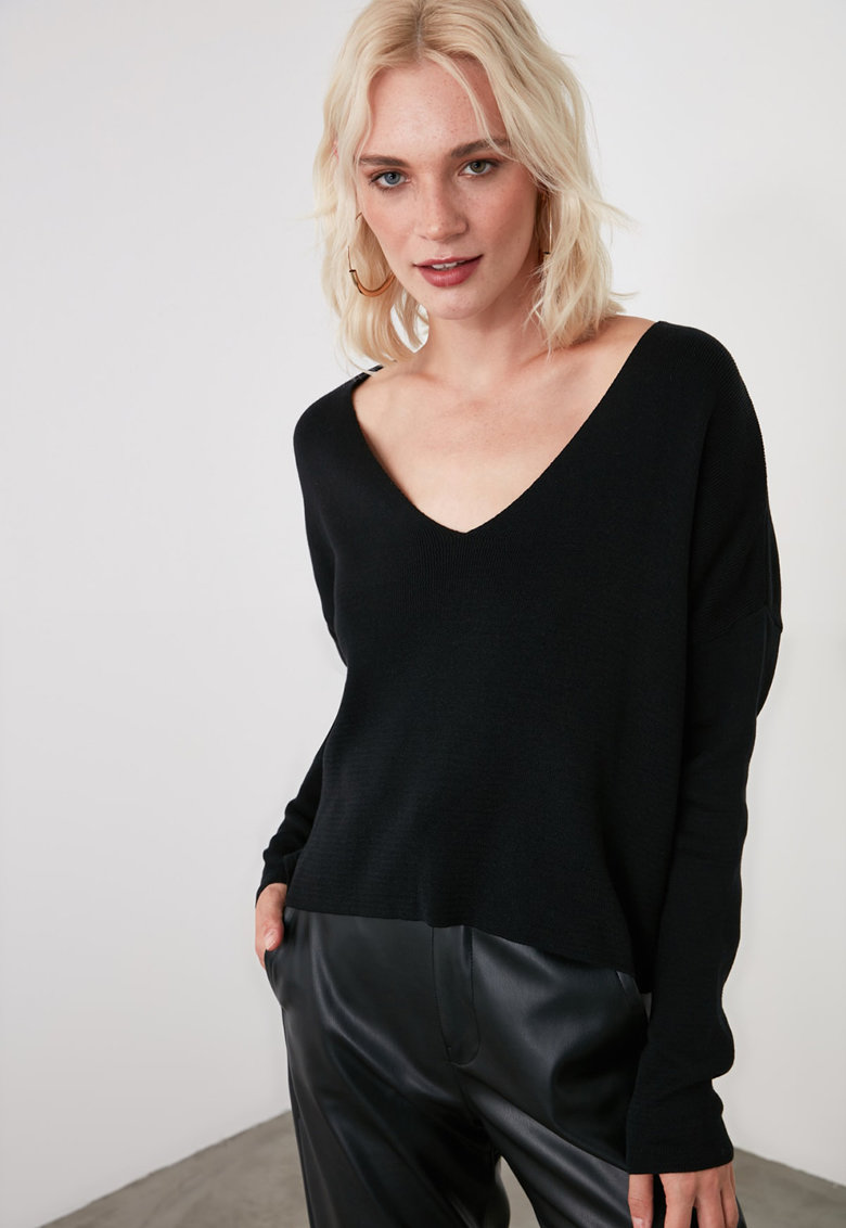 Bluza cu decolteu in V si decupaj pe partea din spate imagine fashiondays.ro Trendyol