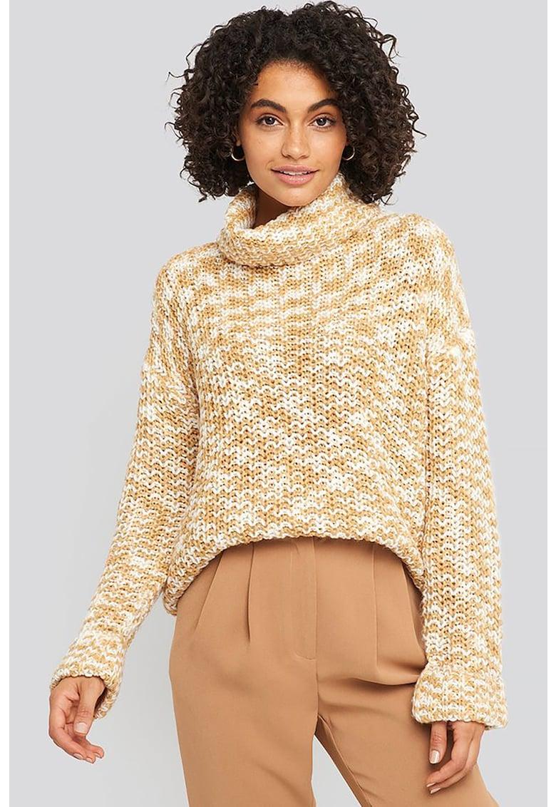 Pulover tricotat masiv cu guler inalt