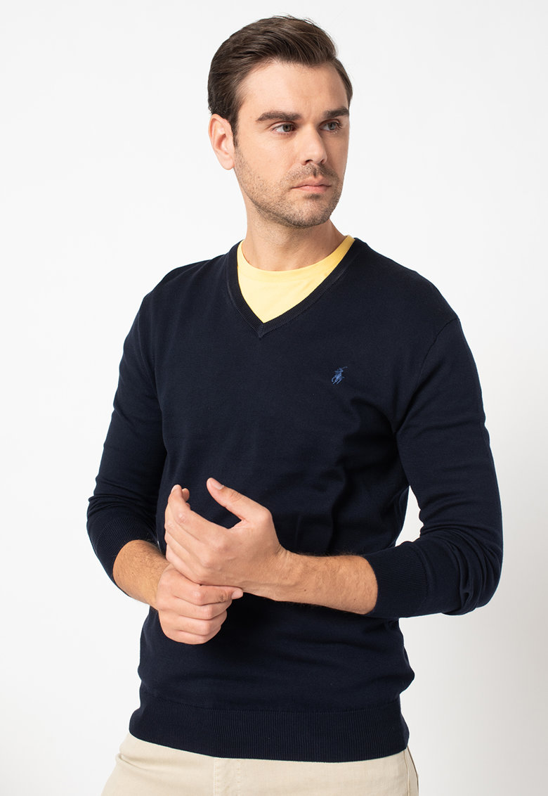 Pulover tricotat fin cu decolteu in V si logo discret