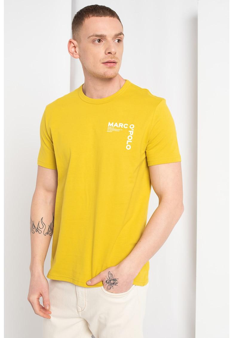 Tricou cu decolteu la baza gatului si imprimeu logo pe piept