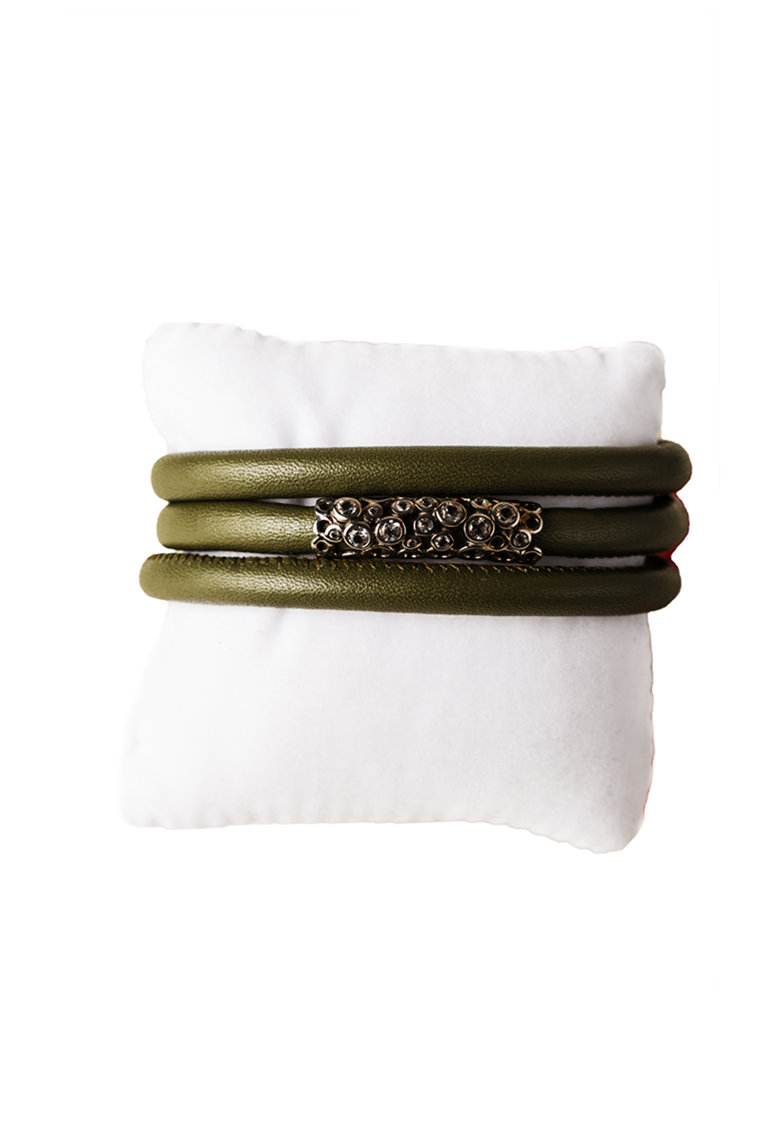 Bratara din piele cu siraguri multiple si decorata cu pietre topaz