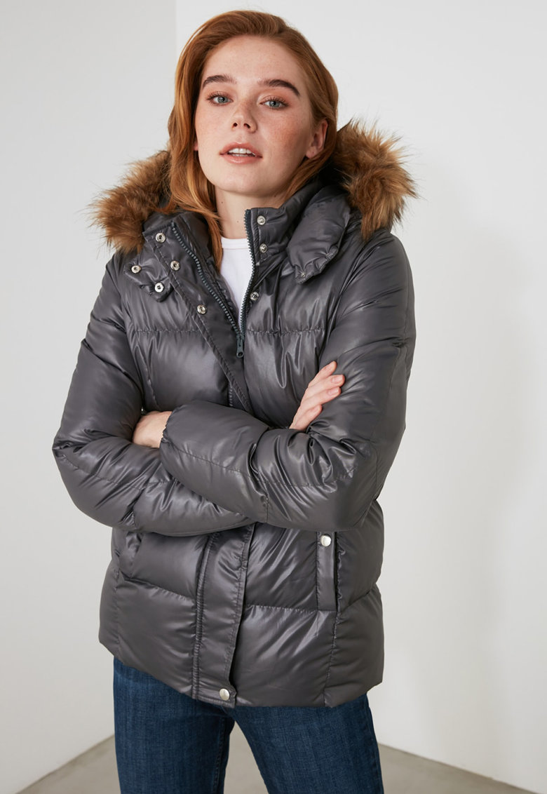 Jacheta cu gluga si garnitura de blana sintetica de la Trendyol