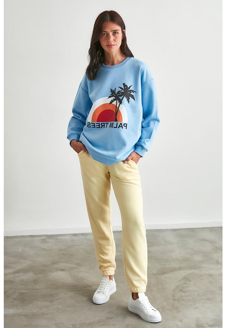 Set de pantaloni sport si bluza sport cu decolteu la baza gatului