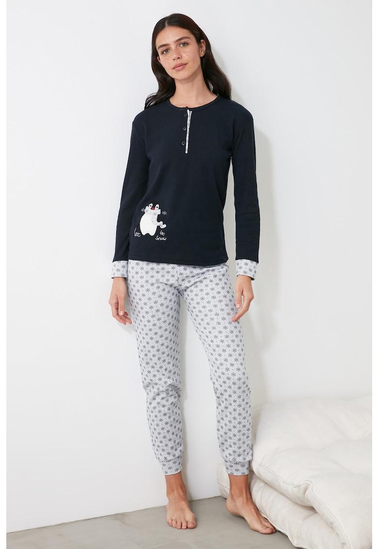 Pijama cu model cu pinguini si fulgi de nea