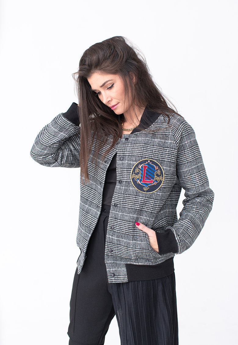 Jacheta cu model in carouri si logo brodat pe piept fashiondays.ro