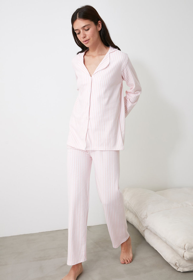 Pijama cu dungi discrete si revere rotunjite