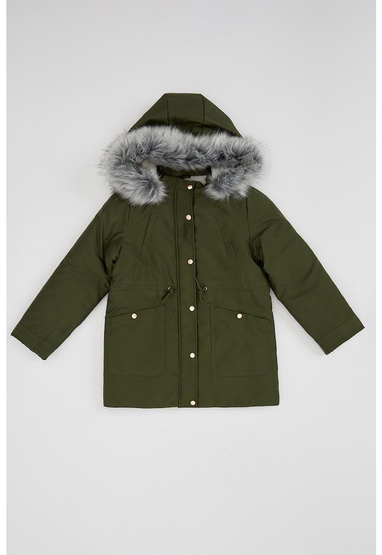 Jacheta parka cu gluga si garnitura din blana sintetica de la DeFacto