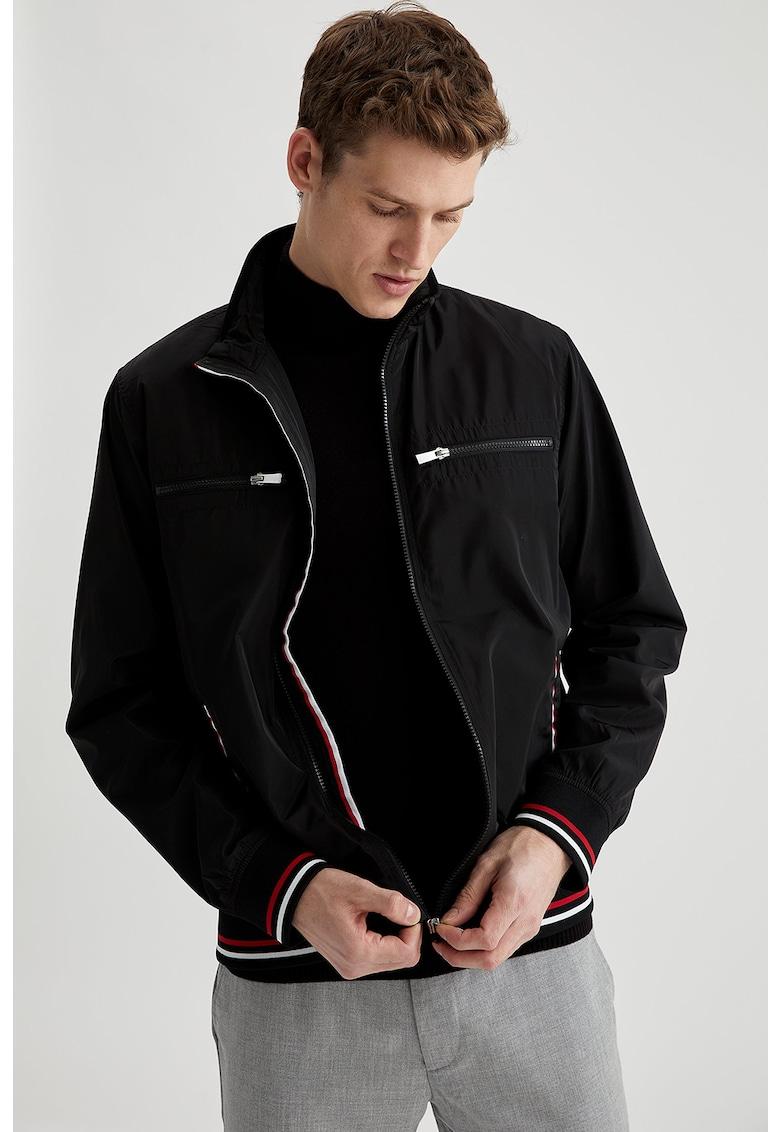 Jacheta usoara cu garnituri contrastante de la DeFacto