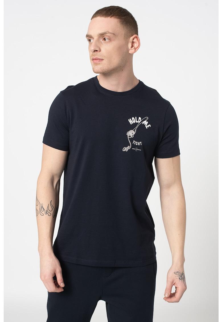 Tricou cu decolteu la baza gatului si imprimeu grafic Bărbați imagine