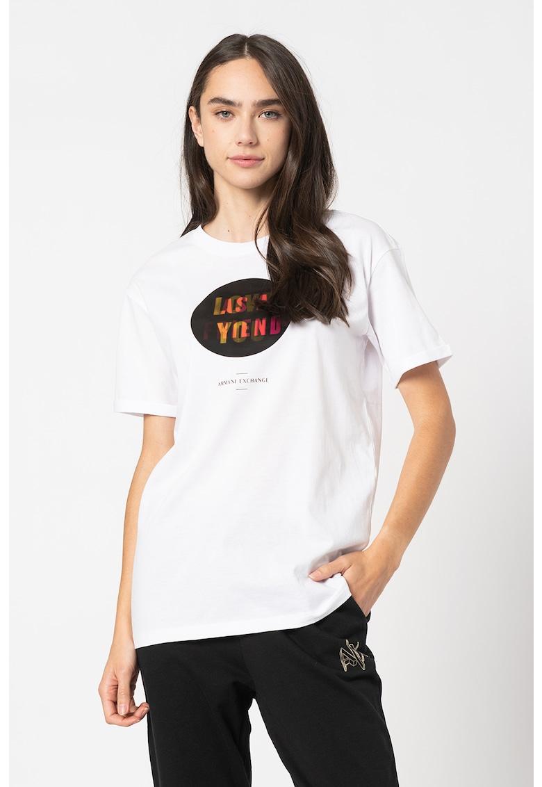 Tricou cu decolteu la baza gatului si imprimeu text imagine promotie
