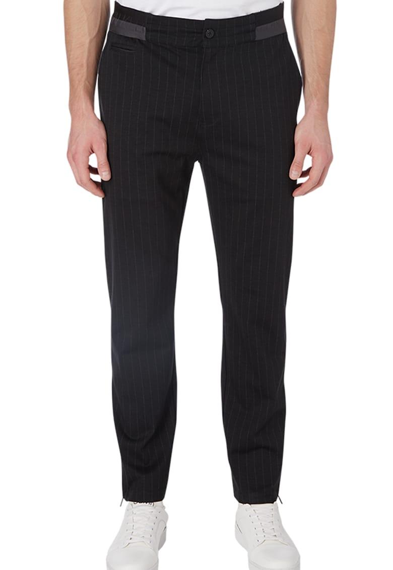 Pantaloni cu dungi inguste