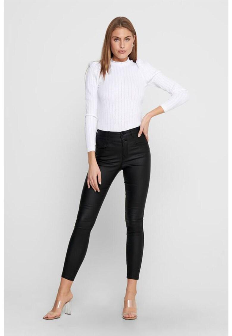 Pantaloni crop skinny cu aspect peliculizat de la Only