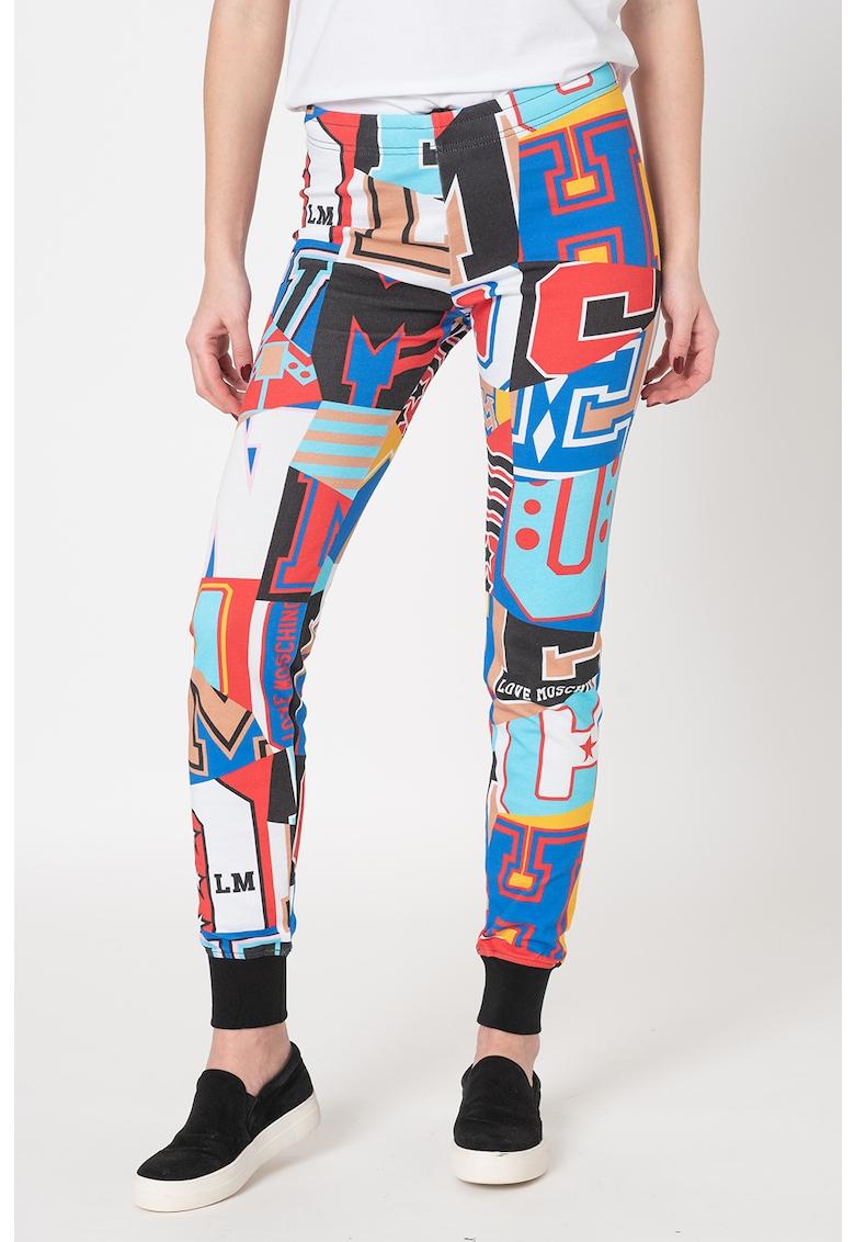 Pantaloni sport slim fit cu imprimeu