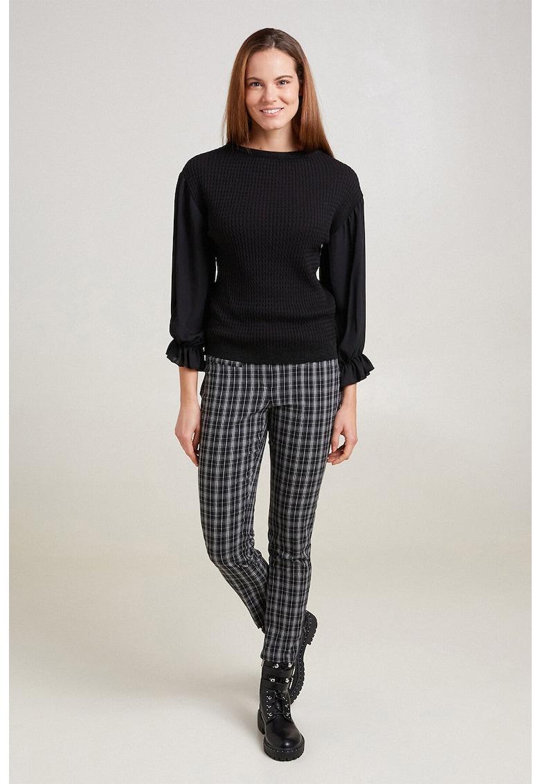 Pantaloni cu model in carouri si buzunare cu refilet imagine