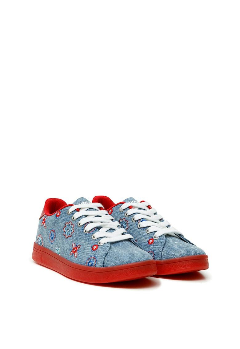 Pantofi sport cu aspect de denim si motive brodate