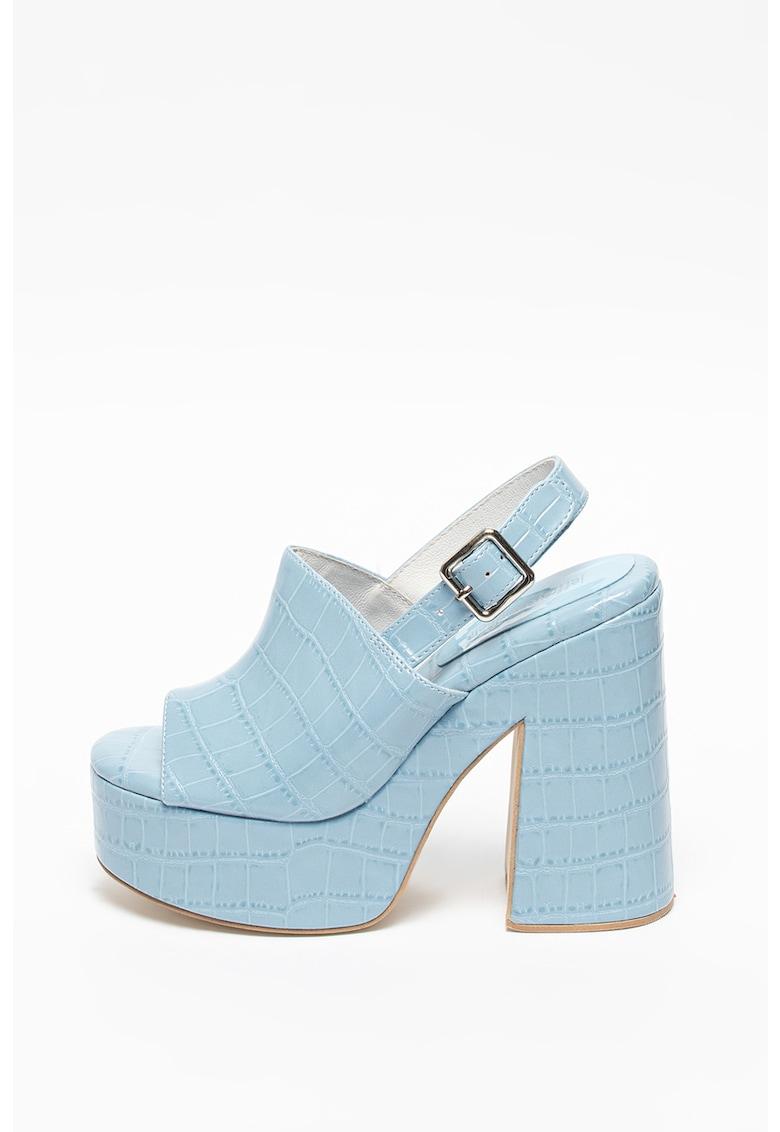 Sandale de piele ecologica cu aspect masiv si design tip piele de crocodil Mattix de la Jeffrey Campbell